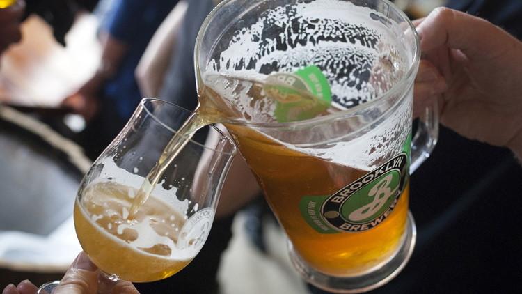El mejor empleo de todos los tiempos: 5.000 dólares mensuales por tomar cerveza