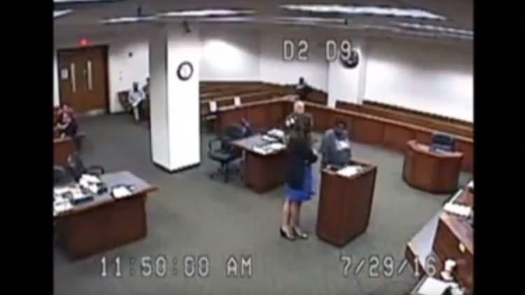 """""""¿En serio?"""":  Una jueza se enfurece al ver a una detenida """"sin pantalones"""" (VIDEO)"""