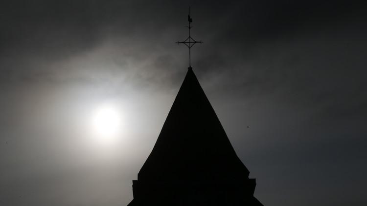 El campanario de la iglesia situada en Saint-Etienne-du-Rouvray, cerca de Ruan (Normandía, Francia), en la que los asaltantes tomaron rehenes y mataron al sacerdote, el 27 de julio de 2016.