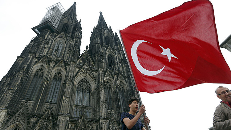 Partidarios de Erdogan se manifiestan en Colonia en repulsa por la intentona golpista