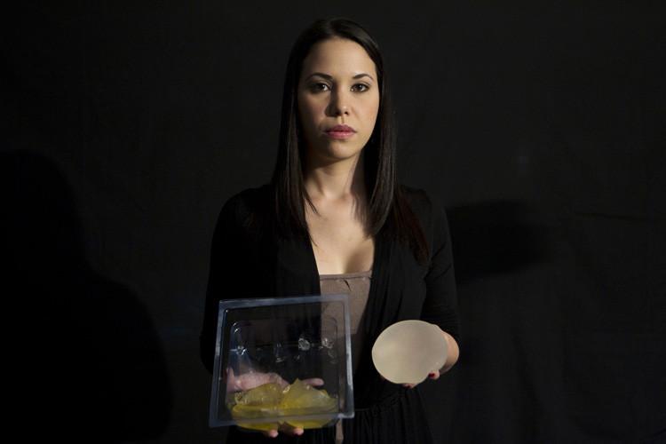 Rita De Martino, de 27 años, posa sosteniendo implantes mamarios de gel de silicona defectuosos removidos de su cuerpo, que fueron fabricados por la empresa francesa Poly Implant Prothese. Caracas, 30 de diciembre de 2011.