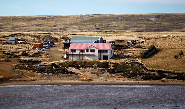 Una granja a la orilla del estuario del río Fitzroy, al oeste de la ciudad Puerto Argentino, Islas Malvinas, 16 de marzo de 2012.