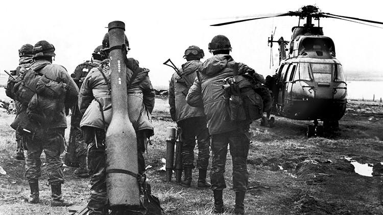 Unos militares argentinos se preparan para subir a un helicóptero en el estrecho de San Carlos durante la Guerra de las Malvinas entre Argentina y el Reino Unido, mayo de 1982.