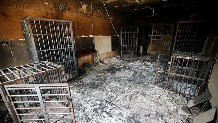 Estas jaulas incineradas eran utilizadas por el Estado Islámico para encerrar a sus rehenes.
