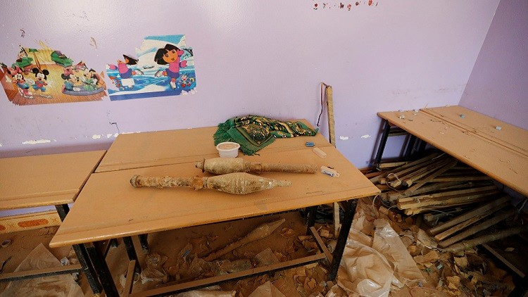 Los terroristas dejaron municiones abandonadas en varios edificios de Faluya, incluidas escuelas, como es el caso de esta aula donde los militares encontraron granadas propulsadas por cohetes.