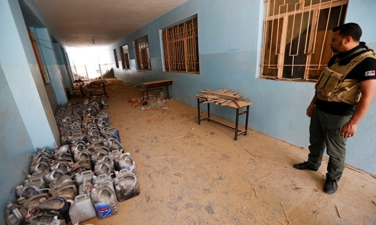 En su retirada, los terroristas también dejaron una gran cantidad de materiales explosivos. Las escuelas eran usadas frecuentemente como lugar de almacenamiento.