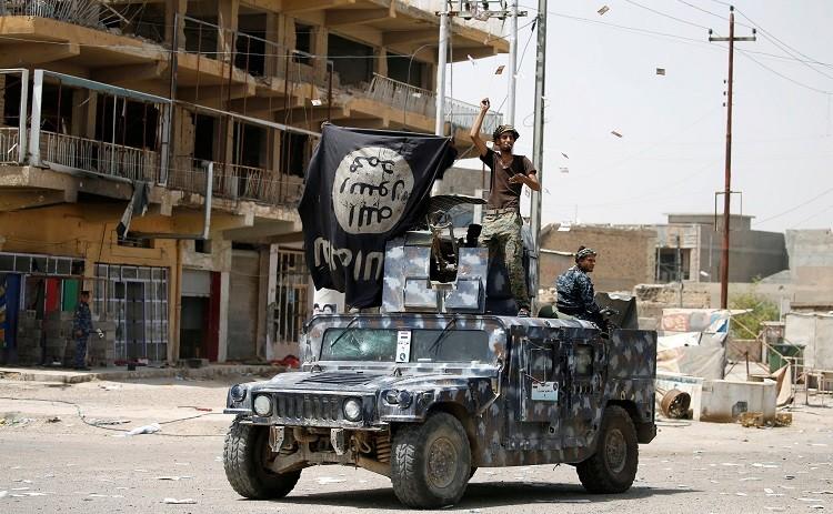 Las fuerzas gubernamentales celebraron su triunfo por las calles de la destruida ciudad.