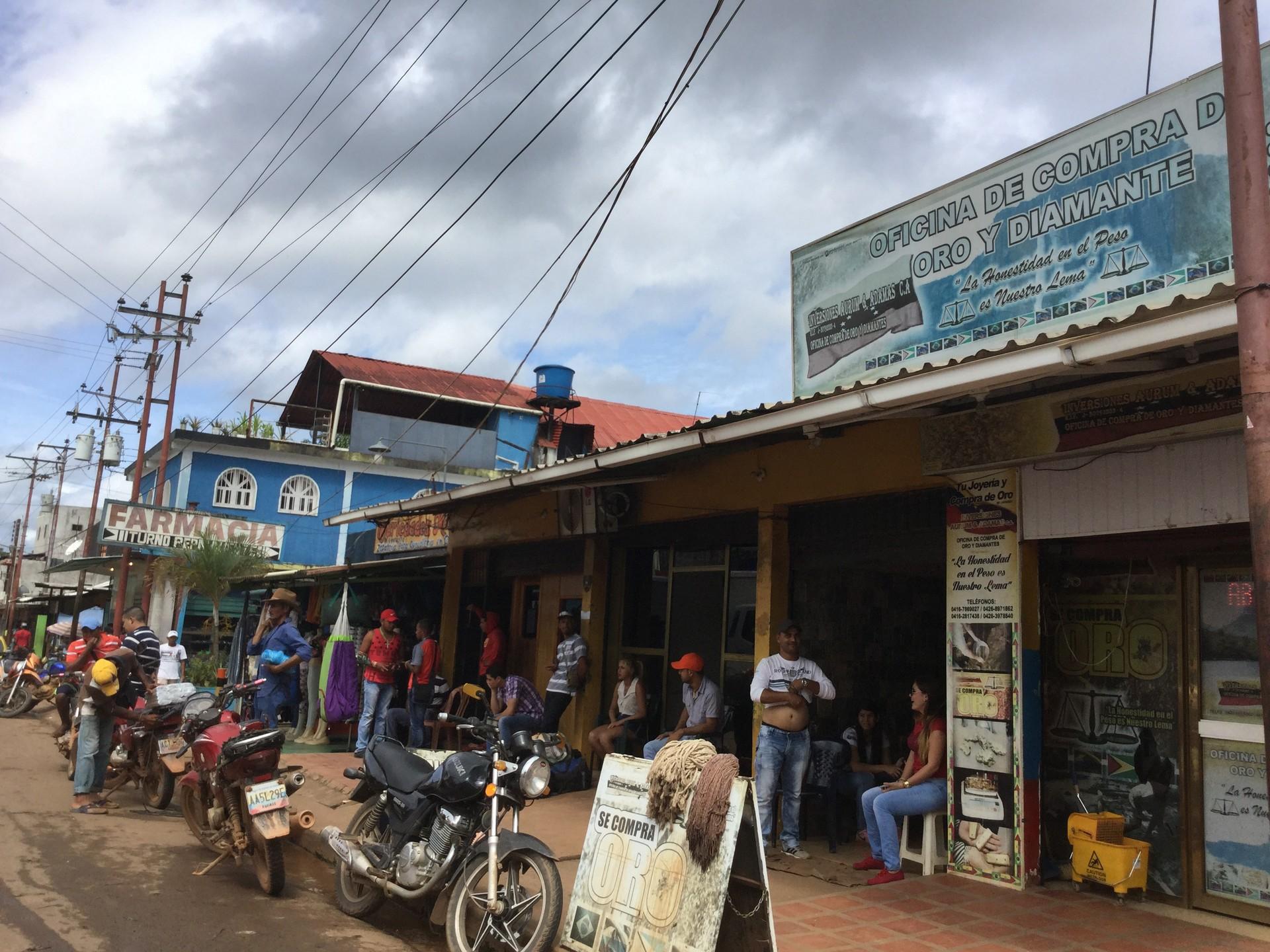 Pueblos de vocación minera, como Las Claritas, sostienen su economía de la compra y venta de oro y diamante.