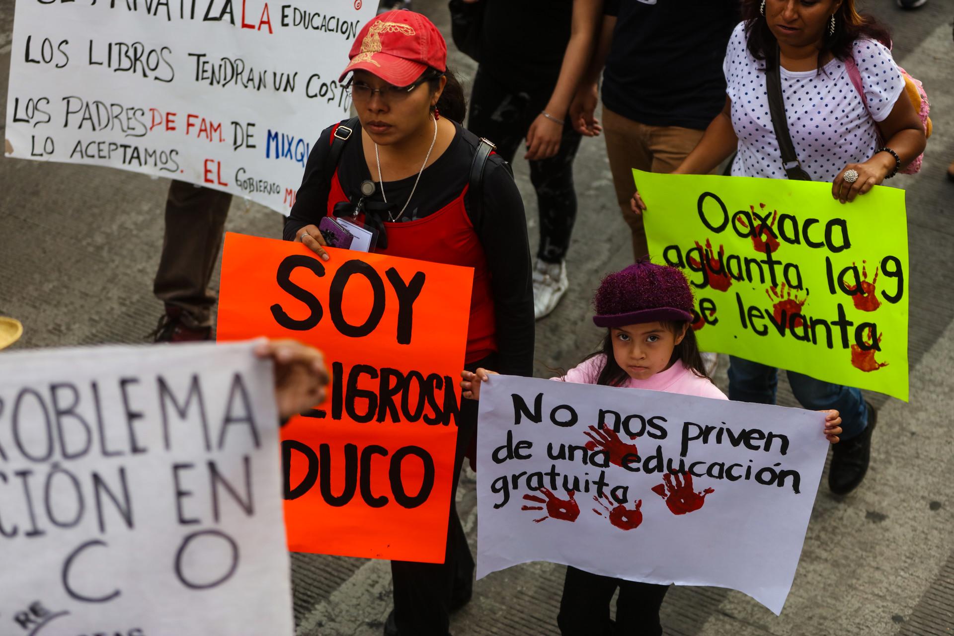 Niña apoya a maestros en México