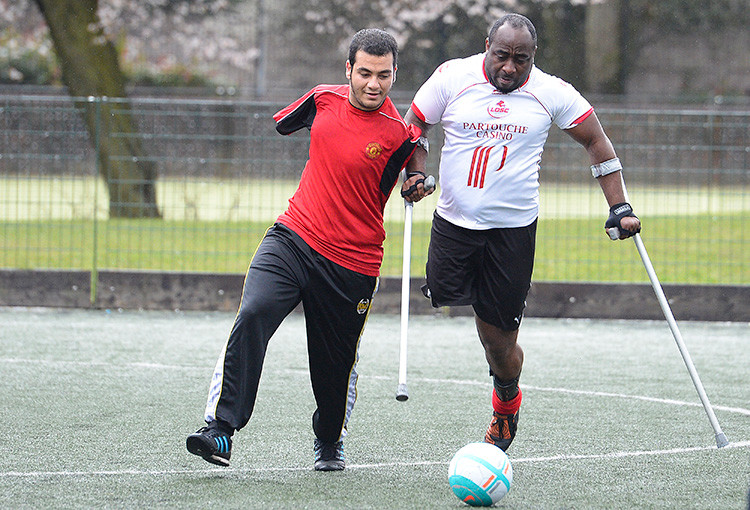 Alí Abbas, víctima de la guerra de Irak, juega al fútbol con los miembros de la Limbless Association (Asociación de los sin extremidades) en Londres (Reino Unido) el 17 de marzo de 2013.
