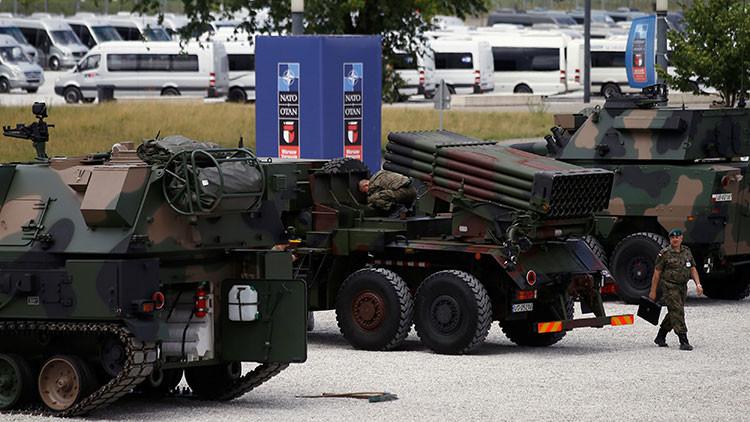 Un agente de seguridad polaco pasa por delante del Estadio Nacional de Varsovia, que albergará la cumbre de la OTAN. 6 de julio de 2016.