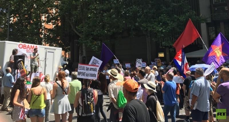 Manifestantes frente a la embajada de E.E.U.U. en Madrid