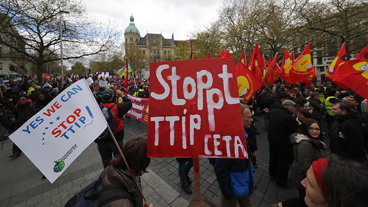 Miles de personas salieron a las calles de Hannover, Alemania, en rechazo al TTIP, tras la llegada a la ciudad de Barack Obama. 23 de abril de 2016.