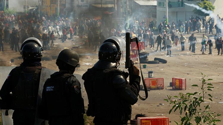La policía se enfrenta a maestros de la CNTE en Nochixtlán