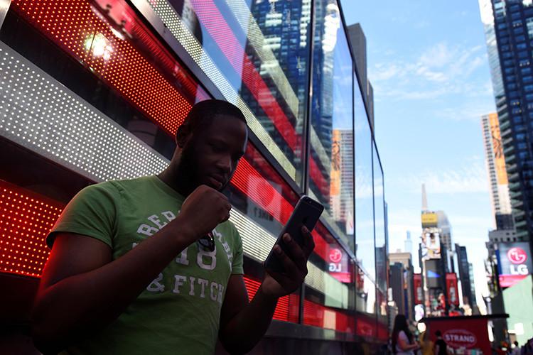 Un hombre juega a Pokémon GO en Times Square, Nueva York, Estados Unidos, 11 de julio de 2016.