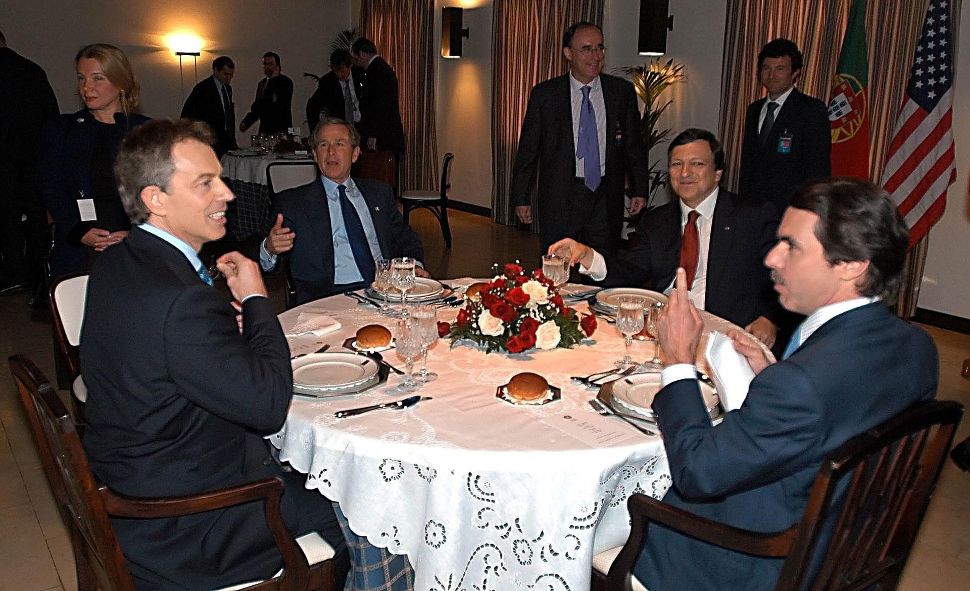 El ex primer ministro británico Tony Blair cena junto al expresidente de EE.UU., George Bush, el ex primer ministro portugués, José Manuel Durao Barroso y el ex primer ministro de España, José María Aznar, después de una reunión en la base aérea de Terceira, el 16 de marzo de 2003.