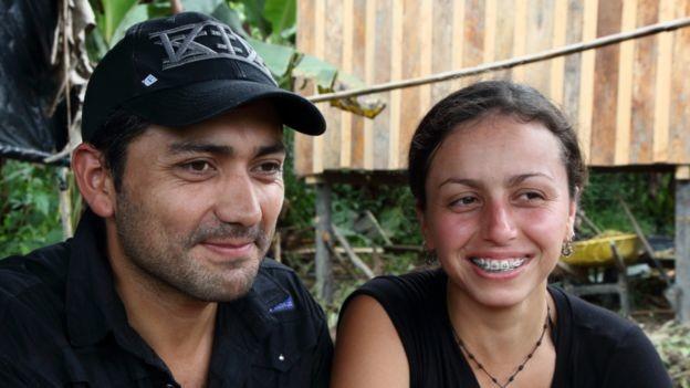 Santiago tiene una compañera en Colombia, Clara, una guerrillera de 30 años.