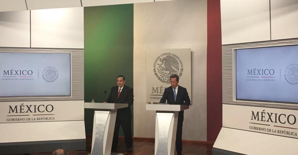 El subprocurador Jurídico y de Asuntos Internacionales de la PGR, Salvador Sandoval y el vocero de la presidencia de México, Eduardo Sánchez.