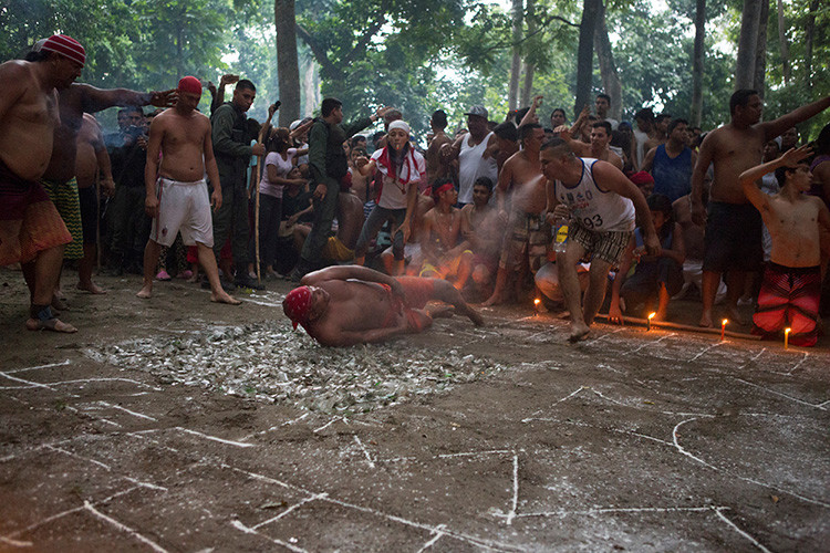 """Realización del ritual  """"Baile en Vidrio"""" en la montaña de Sorte en las afueras de Chivacoa , en el estado de Yaracuy , Venezuela"""