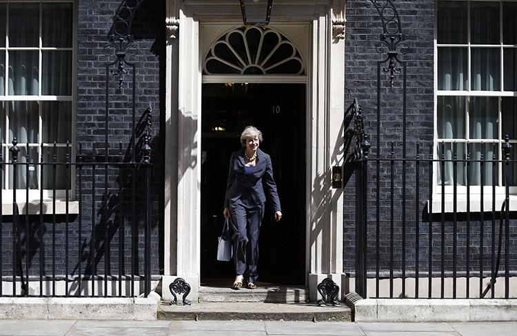 La hasta hoy ministra de Interior Theresa May sale del número 10 de Downing Street, la residencia oficial del primer ministro, tras una reunión de gabinete, en el centro de Londres, Reino Unido, el 12 de julio de 2016.