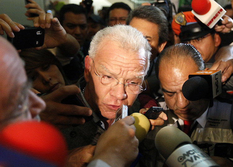 Andrés Granier (C) , ex gobernador del estado de Tabasco, habla con la prensa a su llegada en el aeropuerto internacional de la Ciudad de México. El político mexicano es sospechoso de malversación de fondos y se jacta de compras como 1.000 camisas en Beverly Hills.