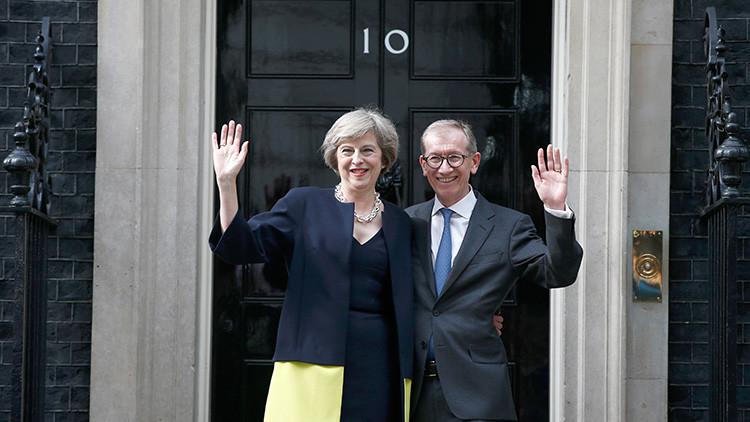 La primera ministra británica, Theresa May, y su marido Philip posan para los medios a la entrada del número 10 de Downing Street, Londres, Reino Unido, 13 de julio de 2016.