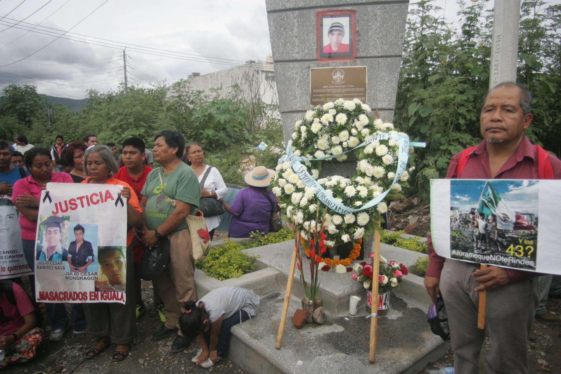 Memorial a Julio César Mondragón en el lugar donde se encontró su cuerpo