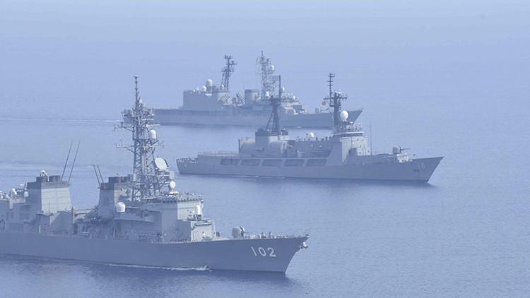 Los destructores japoneses Harusame (DD-102) y Amagiri (DD-154) navegan junto a un buque de guerra de Filipinas BRP, el Ramón Alcaraz (PF 16), en el mar de la China Meridional, el 12 de mayo de 2015.