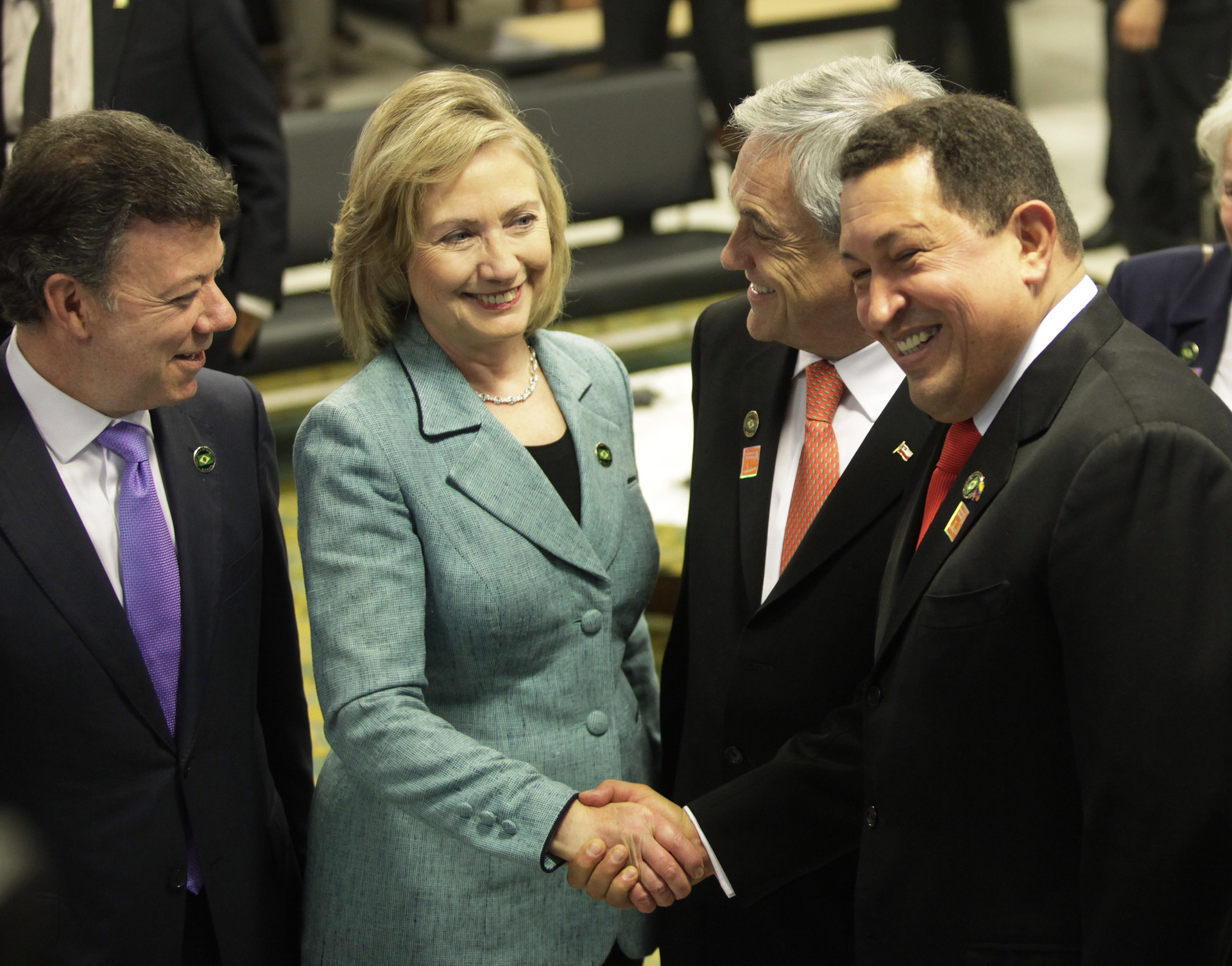 Apretón de manos de la exsecretaria de Estado de EE.UU. Hillary Clinton y el expresidente venezolano Hugo Chávez, durante una recepción de la exmandataria de Brasil Dilma Rousseff en el Palacio de Planalto en Brasilia, el 1 de enero de 2011.