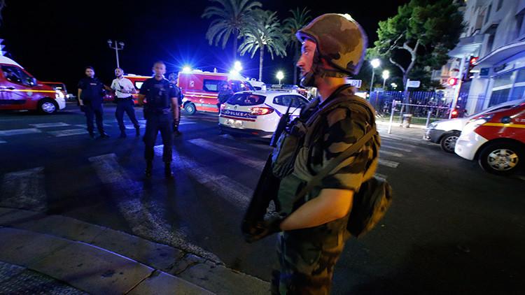 Un militar francés patrulla en el lugar del atentado en Niza / Eric Gaillard