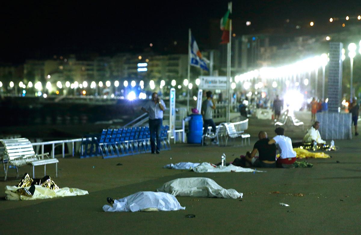 Cadáveres yacen en el lugar del atentado en Niza.