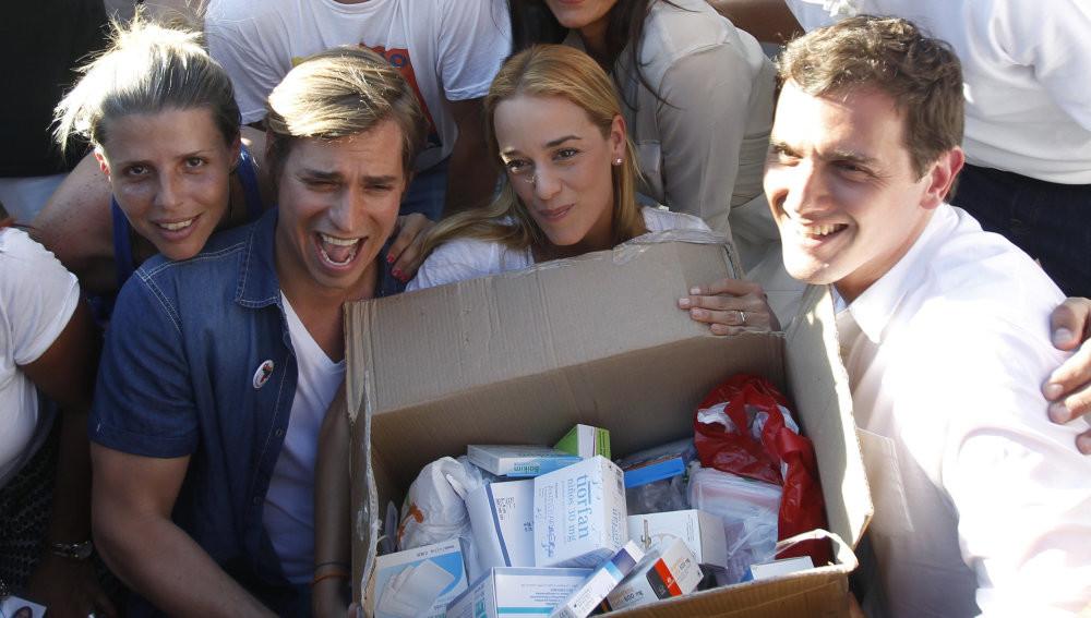 Lilian Tintori, el cantante venezolano Carlos Baute y el líder conservador de Ciudadanos, Albert Rivera, posan con una caja de medicinas en Madrid