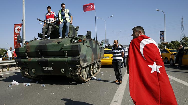 Las personas posan encima del tanque tras el fallido golpe militar