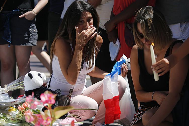 Una mujer cerca del homenaje a las víctimas, Niza (Francia)