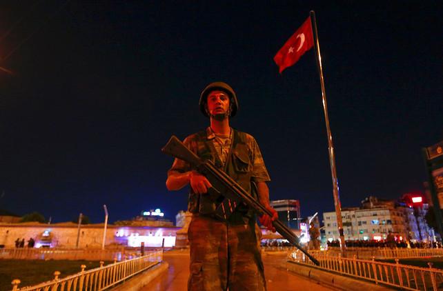 Un militar turco patrulla en la plaza Taksim (Estambul, Turquía)