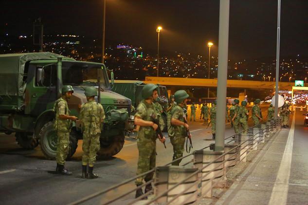 Elementos militares bloquean los accesos al puente del Bósforo en Estambul