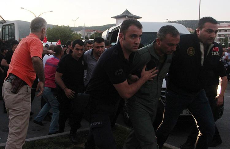 La Policía turca escolta a militares sospechosos del alzamiento, en Marmaris