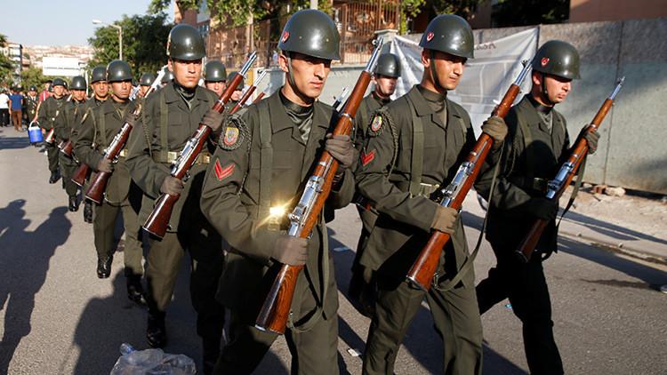 Los soldados turcos marchan hacia el cuartel después de un servicio funerario en Ankara