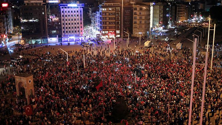 Partidarios del presidente turco, Recep Tayyip Erdogan, congregados en la plaza de Taksim, en el centro de Estambul, Turquía.
