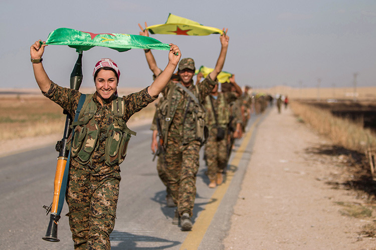 Combatientes kurdos portando la bandera del PKK en Raqqa (Siria) después de tomar el control de la zona  / Reuters