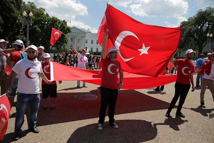 Manifestantes turcos se manifiestan contra el golpe de Estado frente a la Casa Blanca / Reuters