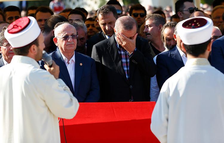 El presidente turco, Recep Tayyip Erdogan, durante el funeral de una de las víctimas del golpe de Estado / Reuters