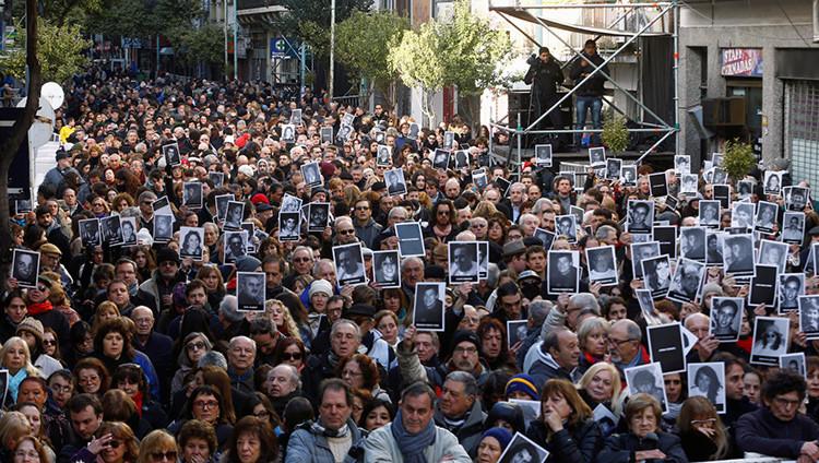 Multitudinaria marcha con motivo del 22.º aniversario del ataque contra la AMIA