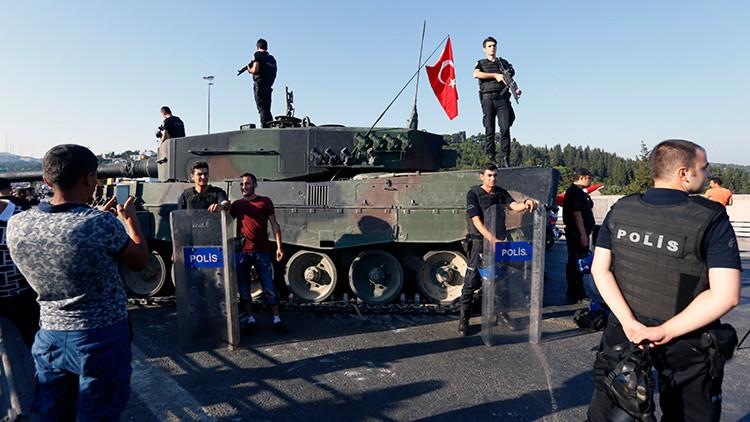 Ciudadanos posan con la policía después de la expulsión de los golpistas del puente Bósforo, en Estambul