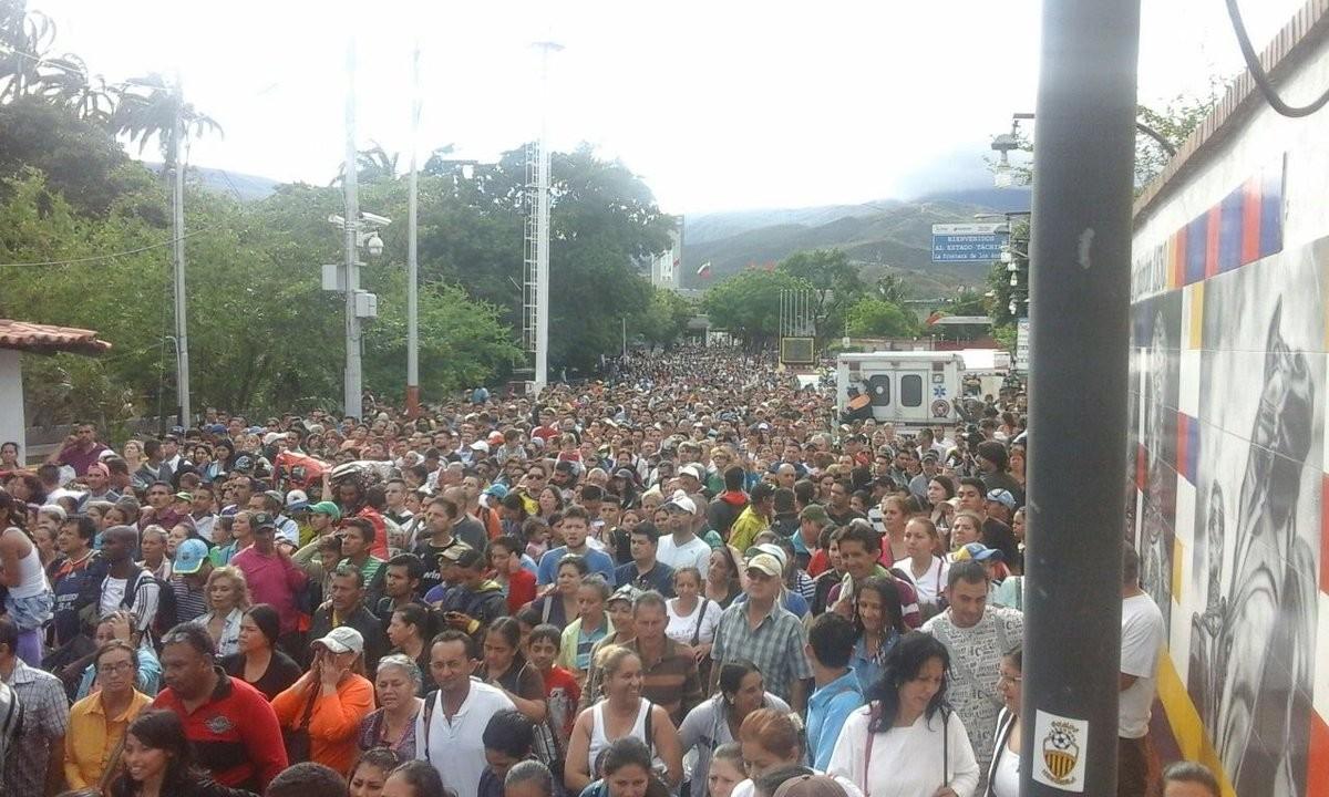 Venezolanos cruzando la frontera desde Táchira hasta Cúcuta