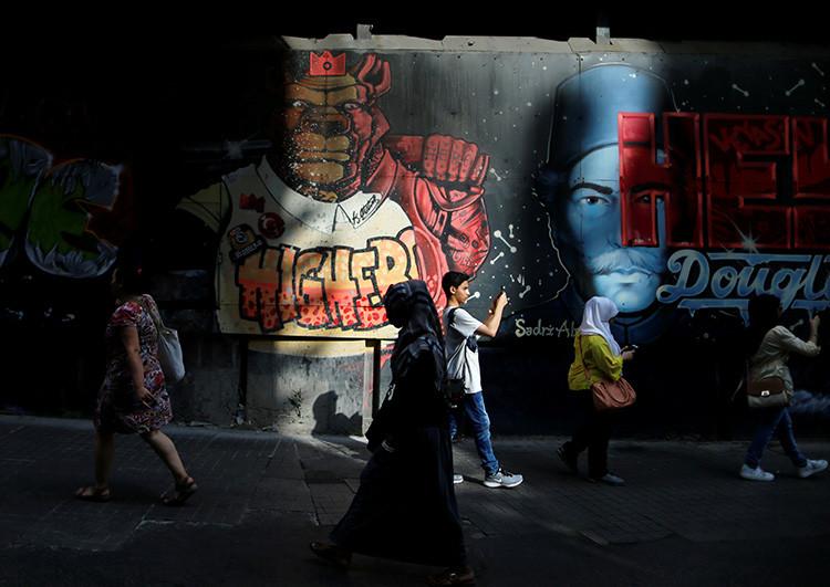 Ciudadanos turcos paseando por una calle en el centro de Estambul