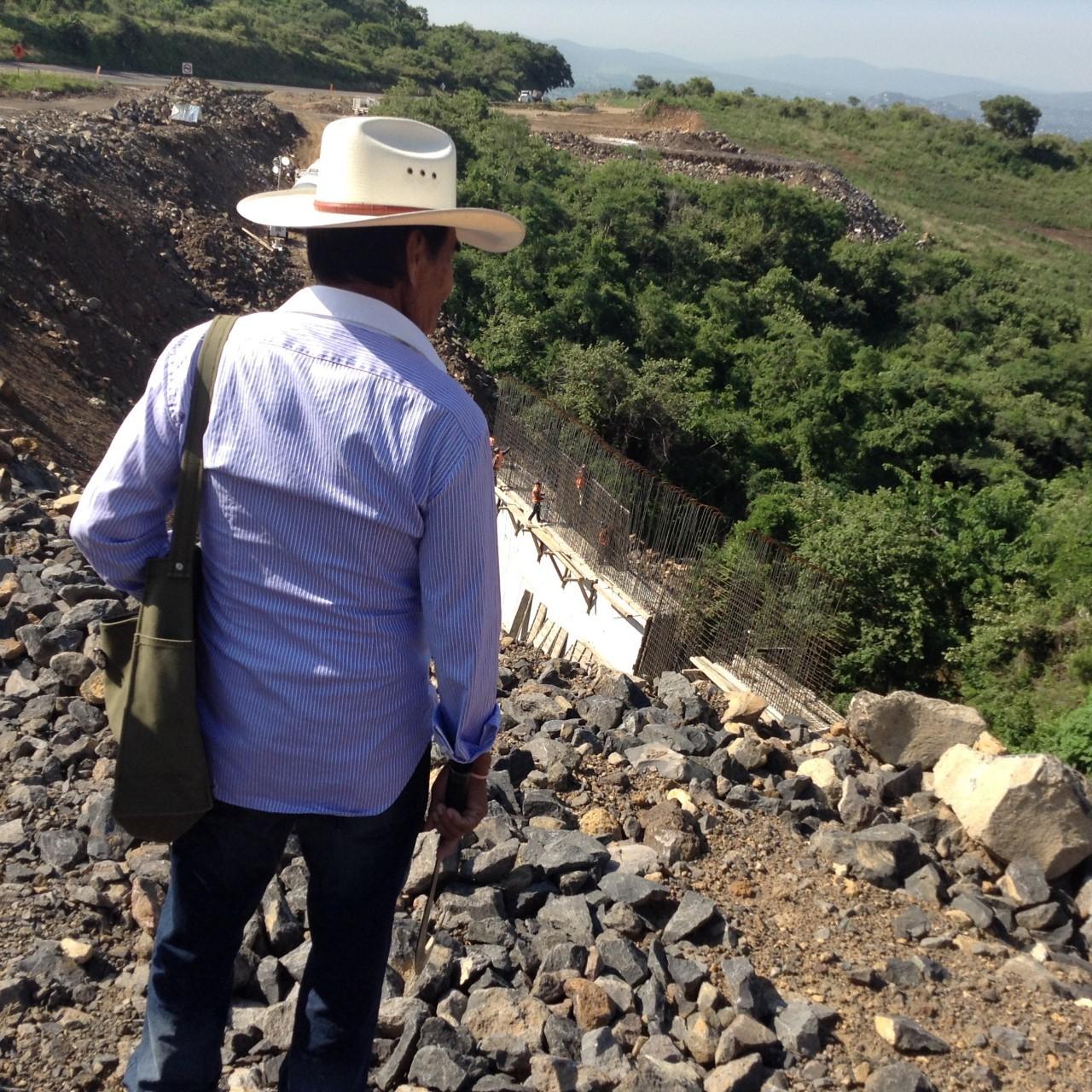 Campesino de Tepoztlán mira la destrucción causada por construcción de autopista en terrenos comunales.