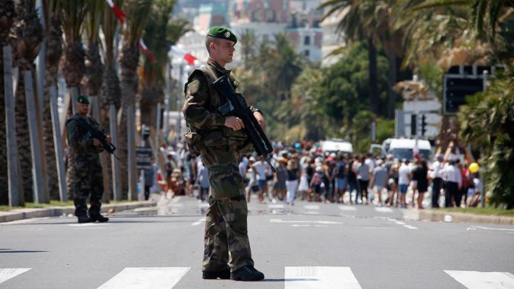 Soldados de la Legión Extranjera francesa patrullan en el Paseo de los Ingleses en el tercer día de duelo nacional por el ataque en Niza, Francia.