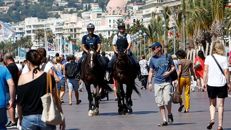 Patrulla a caballo mantiene la seguridad después del ataque en Niza, Francia.