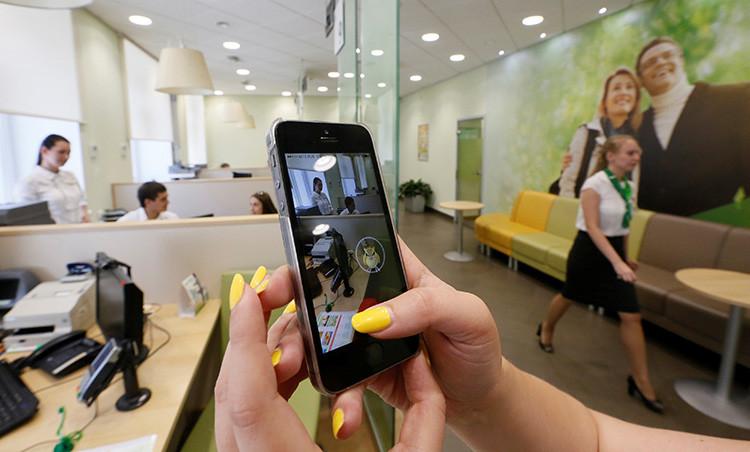 Una mujer juega a Pokémon Go en una oficina del banco ruso Sberbank en la ciudad de Krasnoyarsk.
